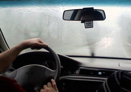 cách sử lý kính ô tô bị mờ hơi nước